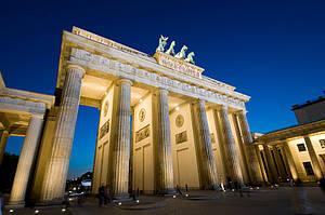 Berlin, Brandenburger Tor bei Nacht illuminiert